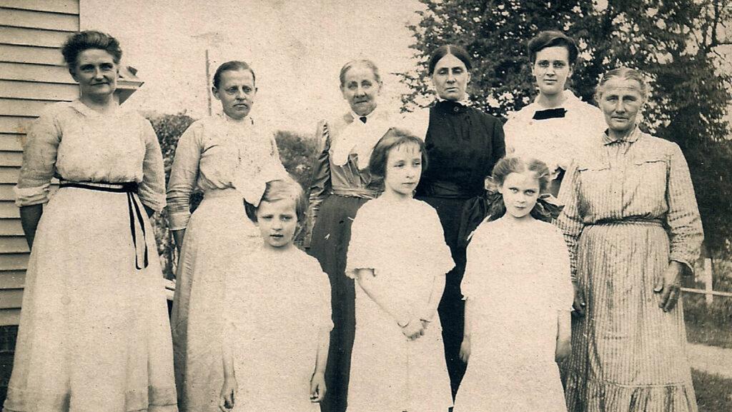 Women Reichard family, 1917